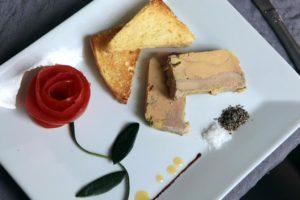 Le chef Yohan Hermier fait un foie gras maison, tantôt à la poire, au chocolat ou au naturel.