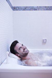 Parmi les soins proposés dans le cadre de forfaits spa de L'Hôtel des Thermes figure le bain reminéralisant.