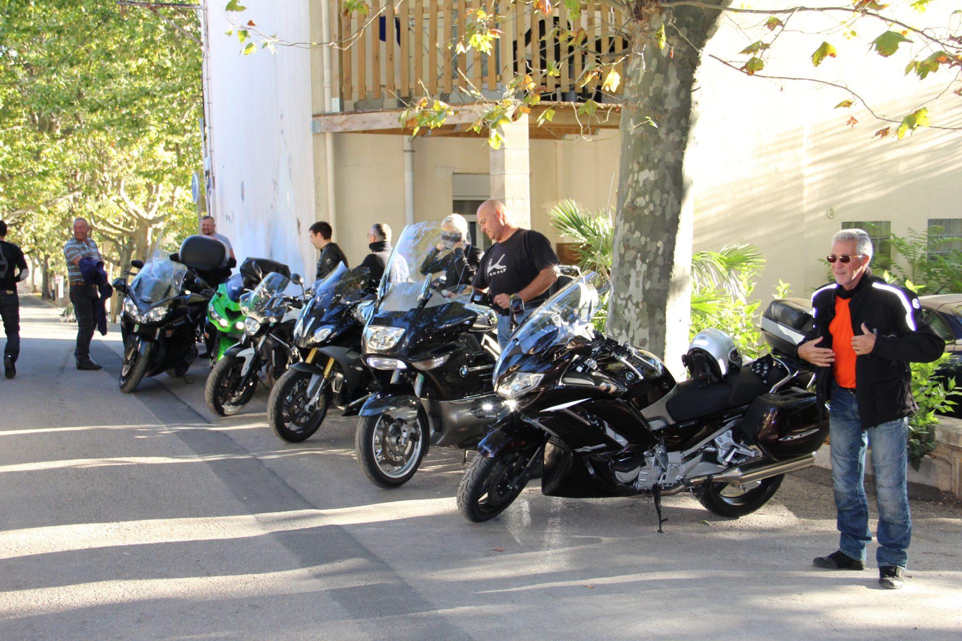groupe-cycliste-motos