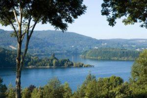 Le lac de Laouzas offre une aire de baignade aux beaux jours.